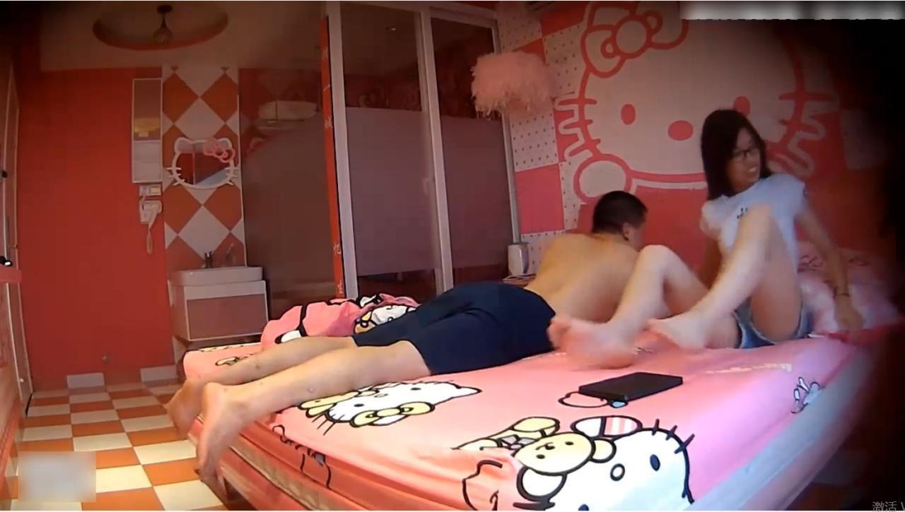 情趣鐘點房拍攝到的氣質高挑短褲性感美女被猥瑣男友狂操2次貌似幹得雙腿發軟
