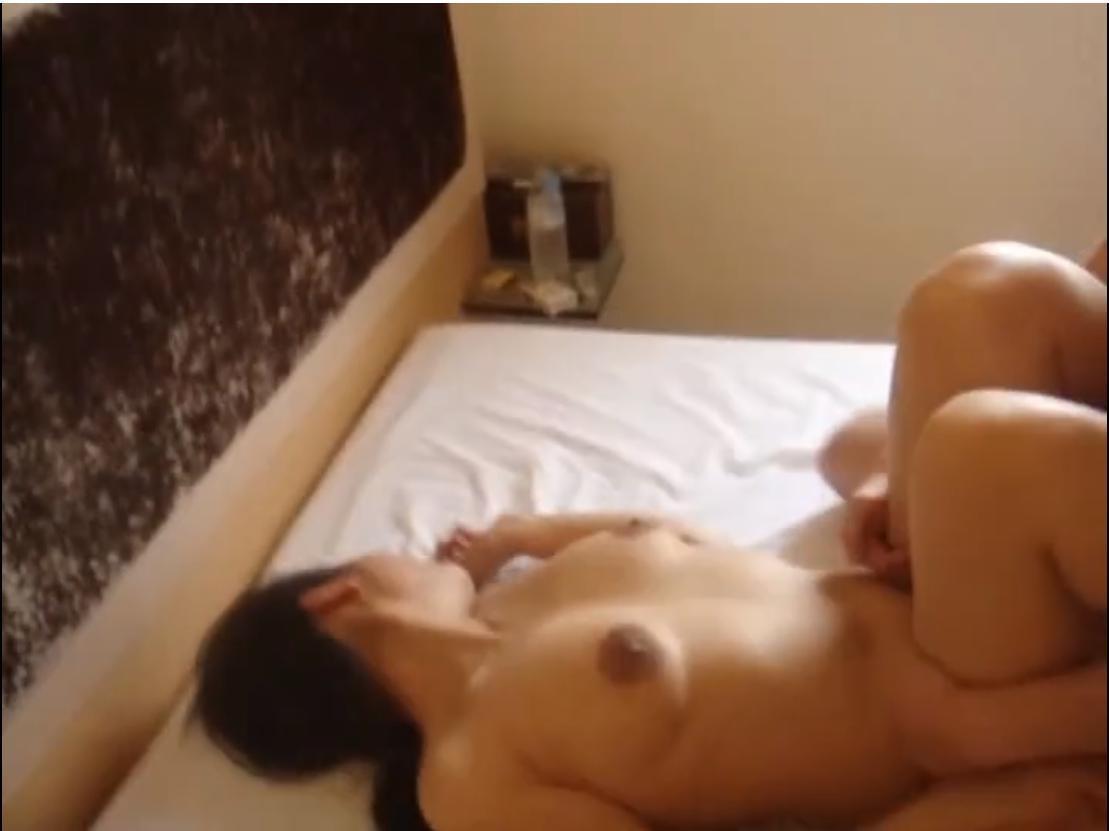 风骚可爱的大奶极品妹子在宾馆多种姿势狂草最后舔精液.